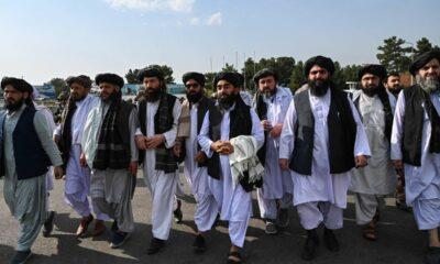 Dirigentes talibanes, en el aeropuerto de Kabul, este martes. / AFP